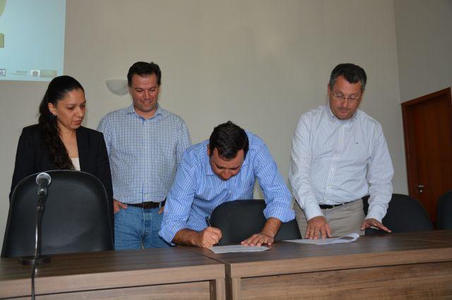 Prefeitos de Aquidauana e Anastácio assinam termo aditivo ao TAC referente ao Aterro Sanitário