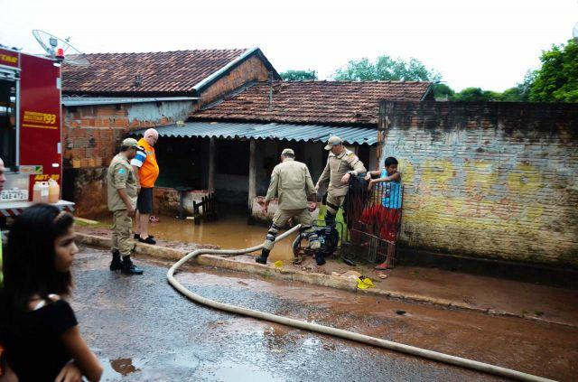 Prefeitura de Aquidauana, Defesa Civil e Corpo de Bombeiros socorrem famílias com casas alagadas